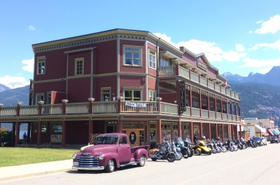The Kaslo Hotel on a sunny day.